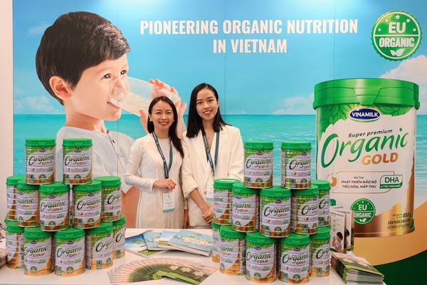Tại Hội nghị, Vinamilk đặc biệt giới thiệu Vinamilk Organic Gold - sản phẩm sữa bột cho trẻ đạt chuẩn Organic châu Âu đầu tiên được sản xuất tại Việt Nam.