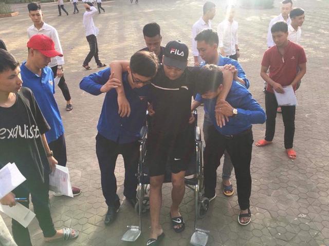 Thí sinh Vi Xuân Bảo (Hà Tĩnh) bị gãy chân nhưng vẫn quyết tâm chinh phục kỳ thi. Ảnh: Sơn Nguyễn