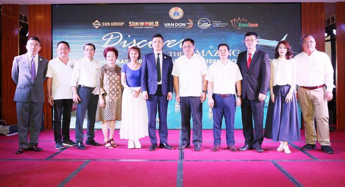 Ông Bao Lập (mặc vest đứng giữa) chụp ảnh lưu niệm cùng Giám đốc Sở Du lịch Quảng Ninh, lãnh đạo Cảng KHQT Vân Đồn và các doanh nghiệp lữ hành.