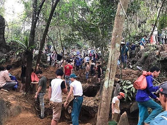Yên Bái: Người dân đổ xô lên rừng đào đá quý