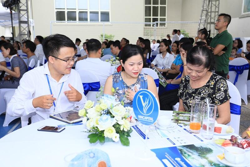 Các tư vấn viên đến từ các sàn Vincapital, Địa ốc Kiến Hưng, Phú Tài Land giới thiệu những ưu thế vượt trội của tòa NO2, NO3- EcoHome 3.