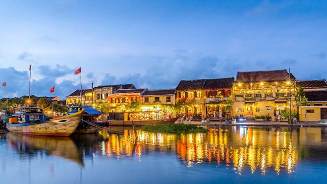 Đêm Rằm Hội An: Lắng đọng, da diết và ấn tượng khó quên  với tiếng hát Hà Anh Tuấn bên sông