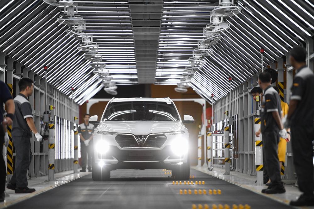 Tự tin vào nhà máy sản xuất ô tô hiện đại, VinFast cho khách hàng nhận xe ngay tại dây chuyền