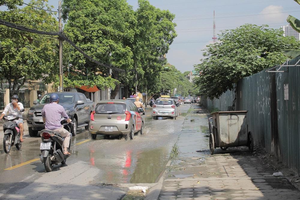 Con đường luôn ngập nước bất kể nắng mưa