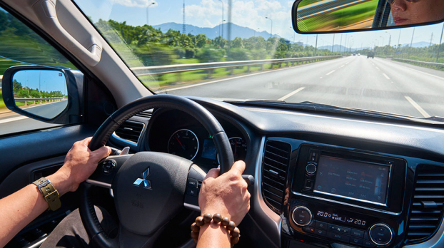 p/Kính trước vô lăng là kính trong, bên ngoài có thể nhìn được người ở trong xe.p/