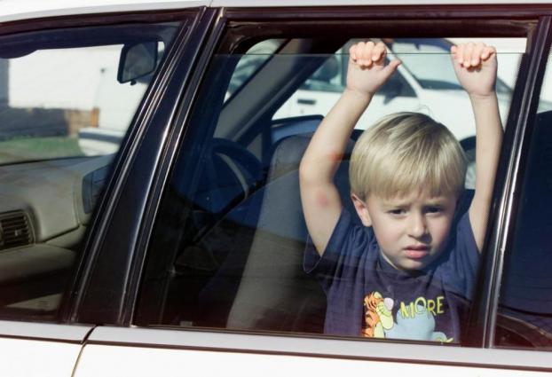 Những cách giúp trẻ thoát chết khi bị bỏ quên trên xe ô tô, bố mẹ cần dạy con ngay hôm nay!