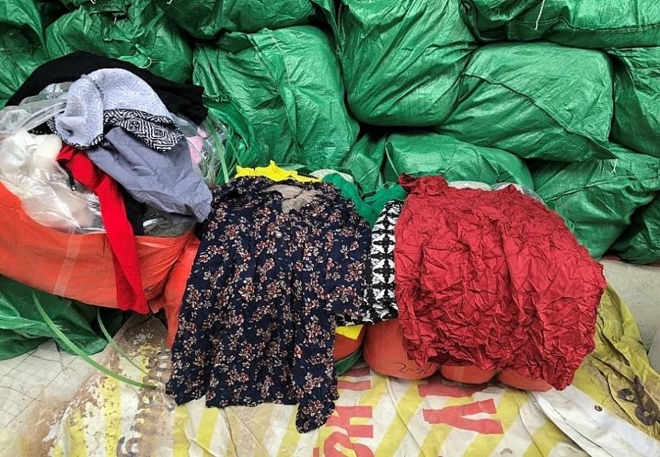 Quảng Bình: Bắt giữ lô hàng quần áo cũ bị cấm nhập khẩu về Việt Nam