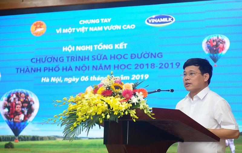 Ông Ngô Văn Quý, Phó Chủ tịch UBND Thành phố Hà Nội tuyên dương các đơn vị có thành tích xuất sắc trong việc triển khai và thực hiện chương trình Sữa học đường năm học 2018-2019.