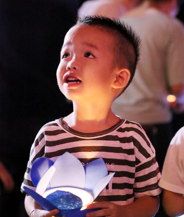 Nghìn người bật khóc trước nghi lễ bông hồng cài áo trong mùa Vu Lan báo hiếu  - Ảnh 13.