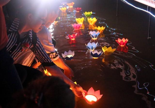 Nghìn người bật khóc trước nghi lễ bông hồng cài áo trong mùa Vu Lan báo hiếu  - Ảnh 14.