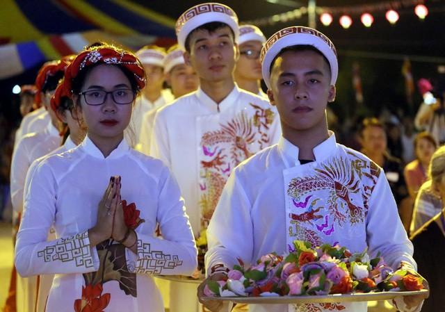 Nghìn người bật khóc trước nghi lễ bông hồng cài áo trong mùa Vu Lan báo hiếu  - Ảnh 2.