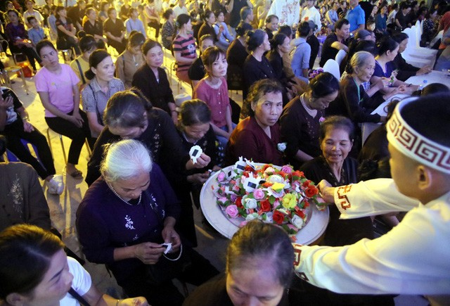 Nghìn người bật khóc trước nghi lễ bông hồng cài áo trong mùa Vu Lan báo hiếu  - Ảnh 5.