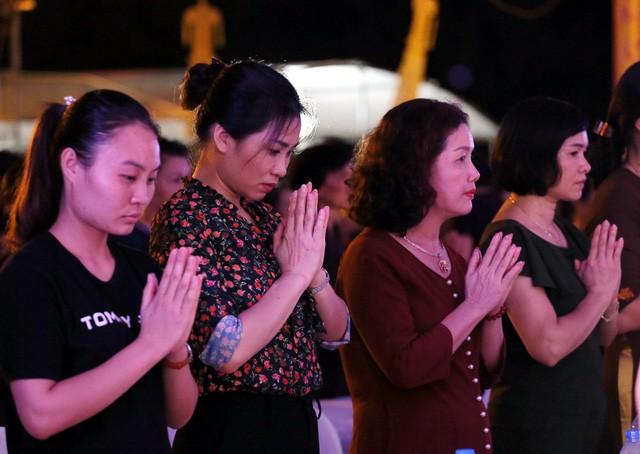 Nghìn người bật khóc trước nghi lễ bông hồng cài áo trong mùa Vu Lan báo hiếu  - Ảnh 7.