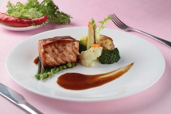 Tối nay ăn gì: Cá hồi nướng tiêu đen chuẩn vị