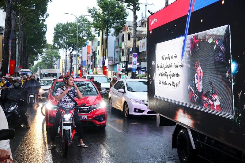 Độc đáo: Xe ô tô biết... tâm sự trên đường phố