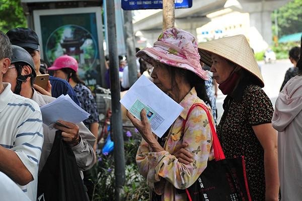 Thẻ xe buýt miễn phí hẹn trả sau 1 tháng do người đăng ký quá đông - Ảnh 8.