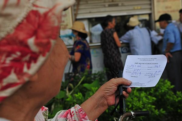 Thẻ xe buýt miễn phí hẹn trả sau 1 tháng do người đăng ký quá đông - Ảnh 9.