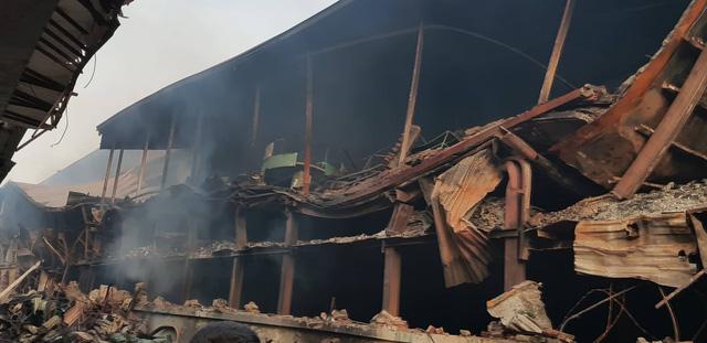 Chùm ảnh: Hiện trường tan hoang sau đám cháy lớn ở nhà máy phích nước Rạng Đông - Ảnh 4.