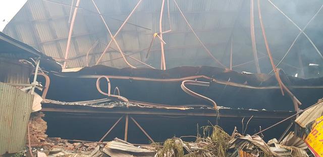 Chùm ảnh: Hiện trường tan hoang sau đám cháy lớn ở nhà máy phích nước Rạng Đông - Ảnh 5.