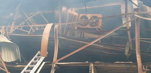 Chùm ảnh: Hiện trường tan hoang sau đám cháy lớn ở nhà máy phích nước Rạng Đông - Ảnh 6.