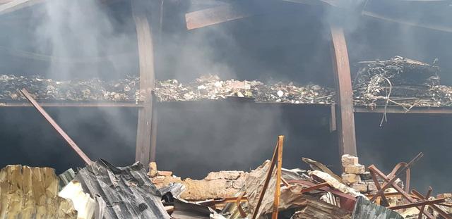 Chùm ảnh: Hiện trường tan hoang sau đám cháy lớn ở nhà máy phích nước Rạng Đông - Ảnh 7.