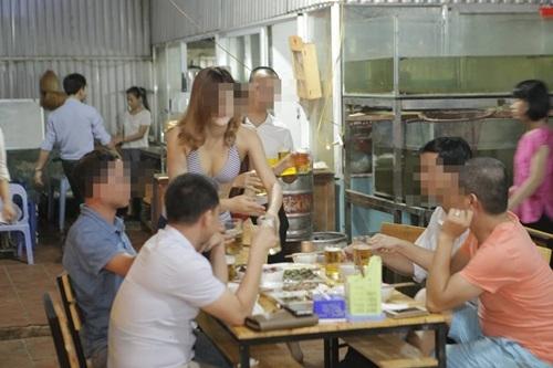 Nhân viên mặc bikini phục vụ bàn của nhà hàng hay Bia Sài Gòn?