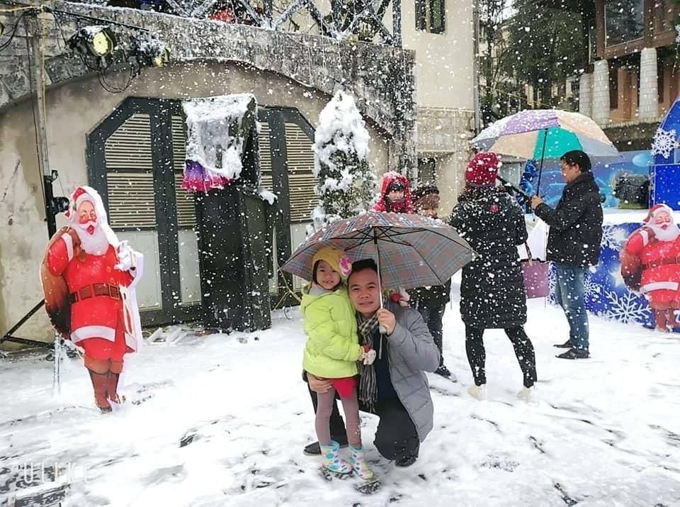 """Kỳ nghỉ Tết Dương lịch 2018: Du khách đua nhau lên Sapa """"săn"""" tuyết"""