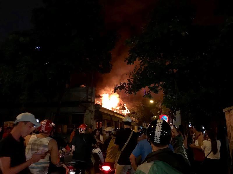 Rất đông người dân tập trung tại khu vực xảy ra vụ cháy