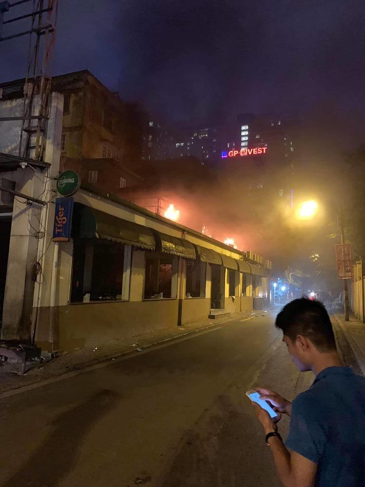 Đám cháy bắt nguồn từ tầng 2 nhà hàng quán bia Hải Xồm