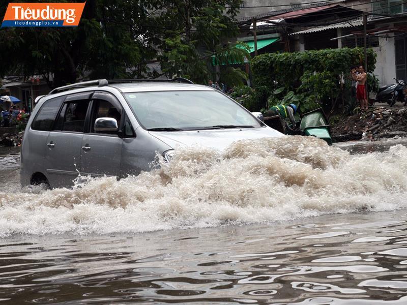 TP HCM: Sau mưa bão, thị trường ô tô cũ biến động khiến giá xe thấp kỷ lục