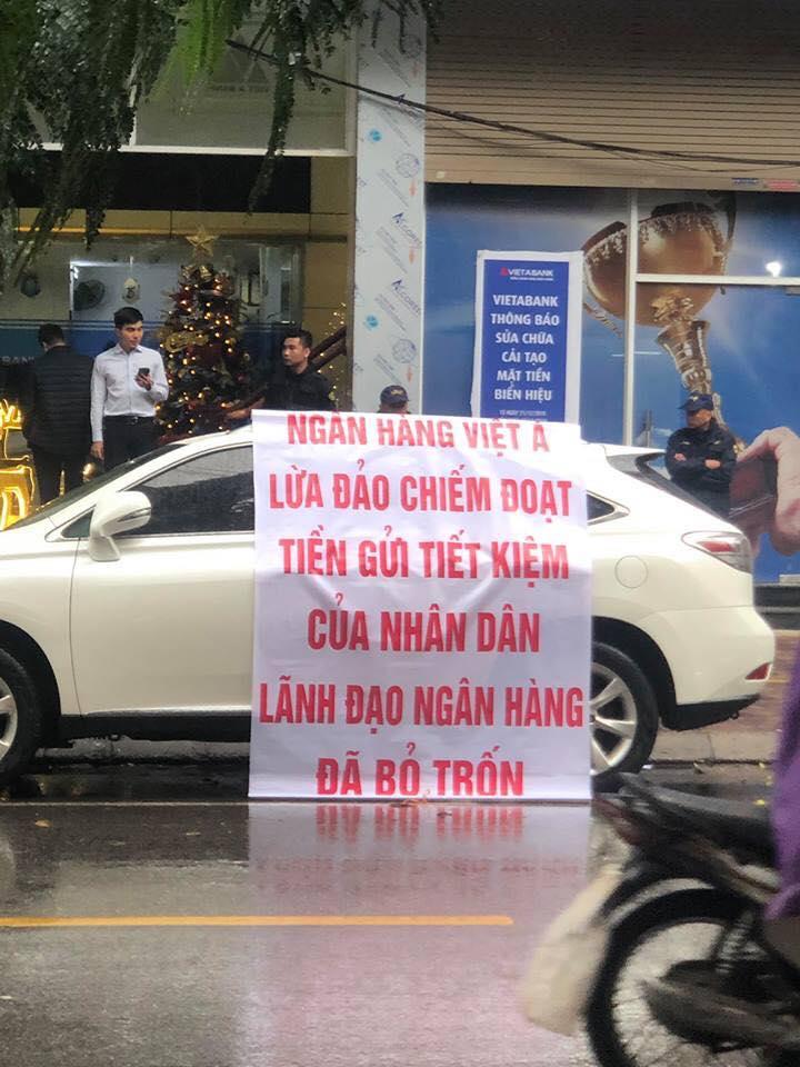 Khách hàng đặt nghi vấn về việc cán bộ VietABank tiếp tay kẻ xấu lừa đảo khách hàng. Băng rôn được khách màng đặt trước cửa trụ sở chính của VietABank. Ảnh: Bá Chiêm.