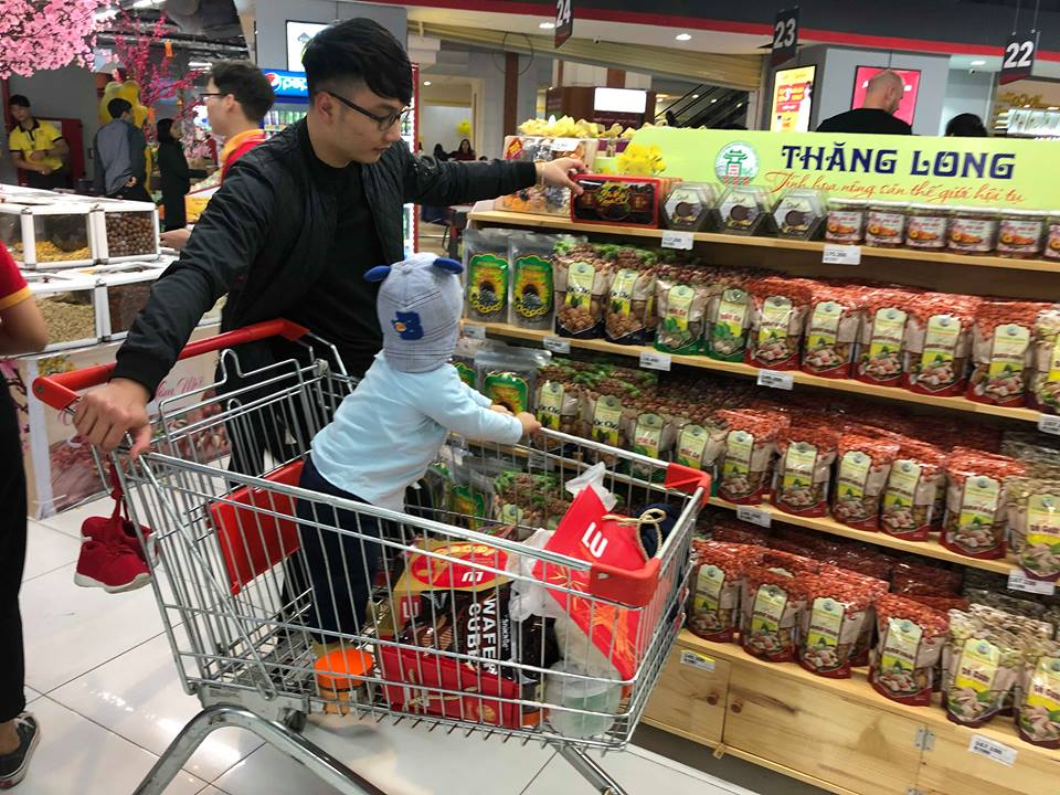 Một em bé cùng bố đi sắm Tết
