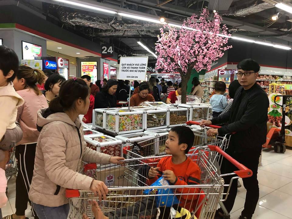 Hầu hết các siêu thị đều có khu vực riêng bày bán bánh kẹo, mứt Tết
