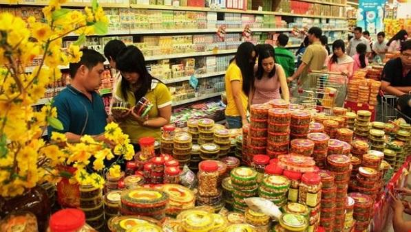 Những mặt hàng bánh kẹo mứt là vật phẩm không thể thiếu trong ngày Tết của người Việt