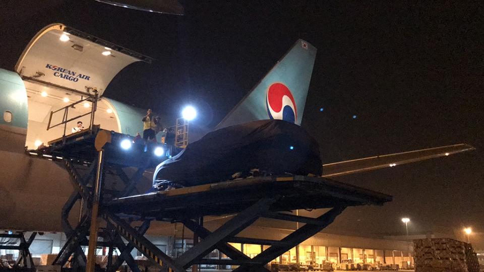 Ô tô VinFast LUX SA 2.0 được vận chuyển bằng đường hàng không.