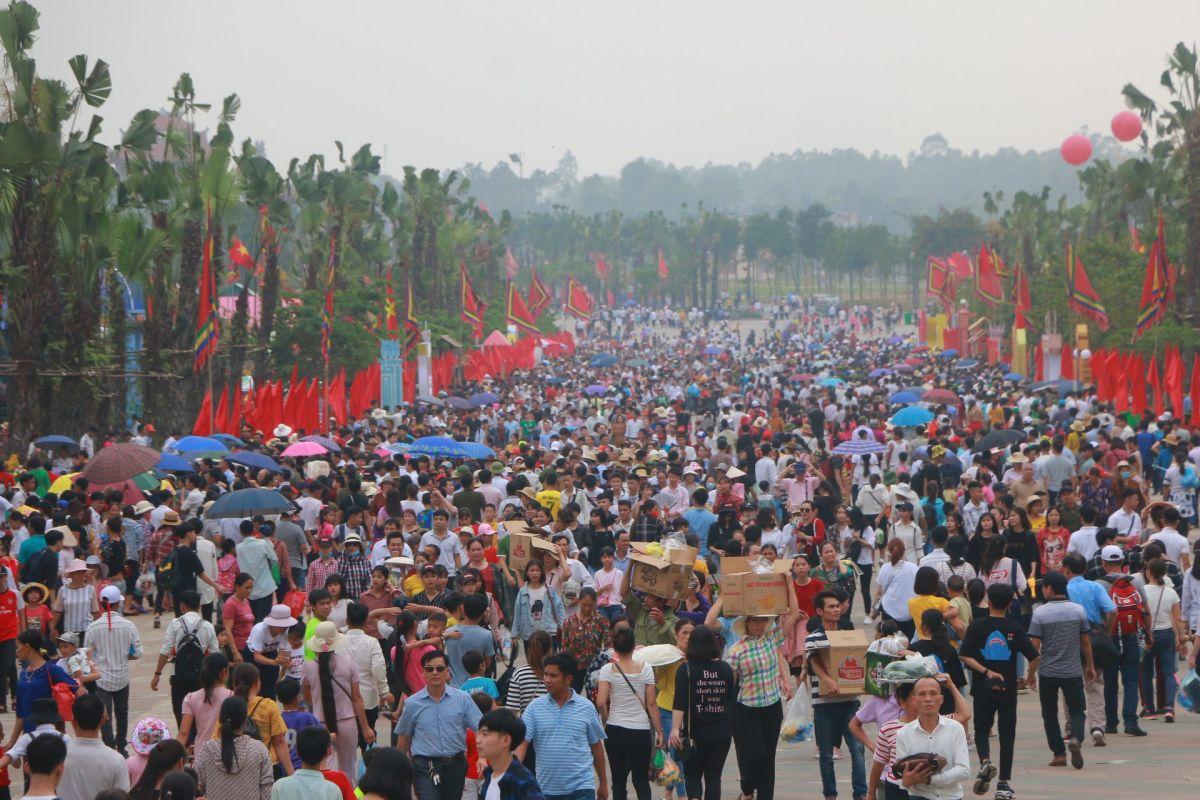 Hàng vạn du khách thập phương về dự lễ giỗ Tổ 2019
