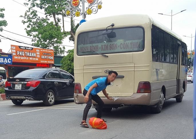 """Xe khách thu vé 100.000 đồng đi TP Ninh Bình và """"khoe"""" quay đầu 4 chuyến Hà Nội"""