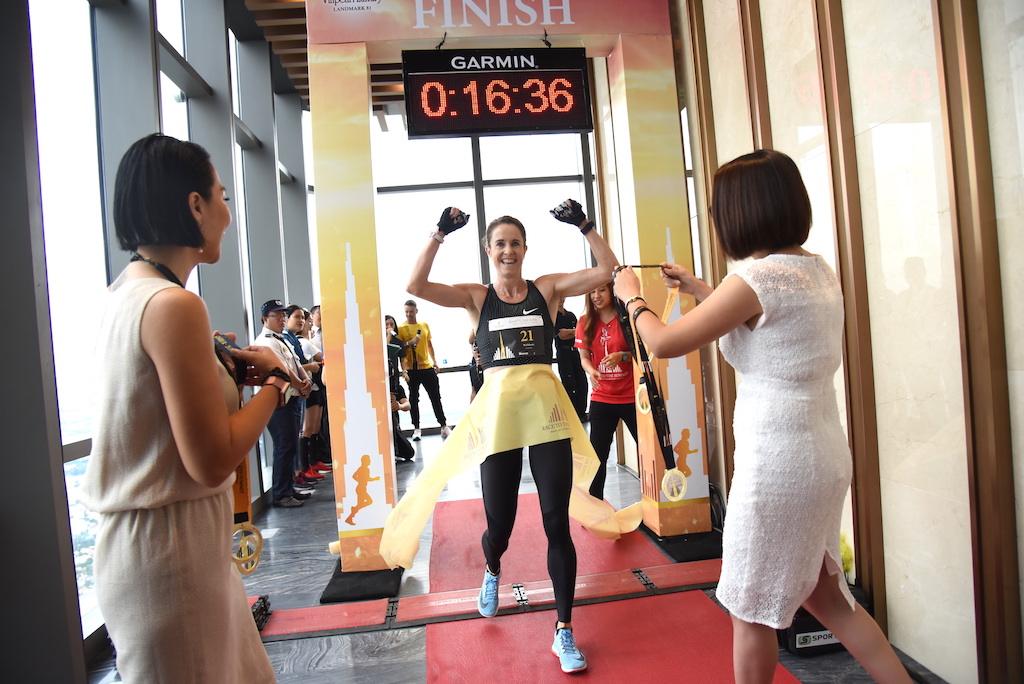 """Cùng ngày, Giải chạy thang bộ thế giới Vertical Run – Vinpearl Luxury Landmark 81 đã diễn ra với gần 700 vận động viên tham gia chinh phục đỉnh cao mới của Đông Nam Á, chào mừng sự kiện """"khai trương kép"""" tại tòa Landmark 81."""