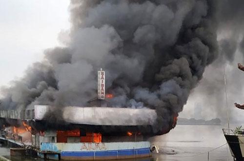 Hà Nội: Thuyền nổi ở Hồ Tây cháy dữ dội