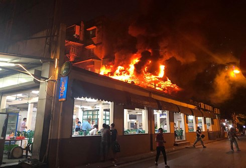 ngọn lửa bất ngờ bùng lên tại tầng 2 nhà hàng bia Hải Xồm (số 91 Hoàng Quốc Việt, Hà Nội)