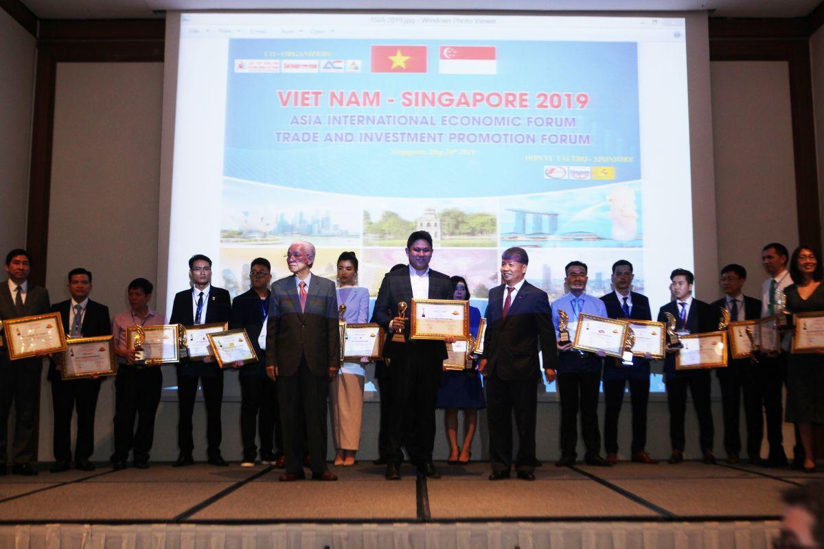 Đại diện Tập đoàn Tân Á Đại Thành (giữa hàng đầu) nhận giải Top 10 Doanh nghiệp tiêu biểu AsiaĐại diện Tập đoàn Tân Á Đại Thành (giữa hàng đầu) nhận giải Top 10 Doanh nghiệp tiêu biểu Asia 2019 tại Singapore hôm 24/5 2019 tại Singapore hôm 24/5