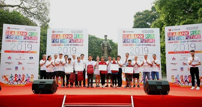 Gần 2.300 người tham gia giải chạy cộng đồng gây quỹ học bổng cho trẻ em nghèo hiếu học tai Hà Nội
