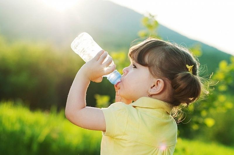 Cách phòng tránh mất nước cho trẻ ngày hè
