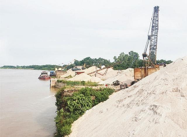 Hà Nội: 80% bãi tập kết, trung chuyển vật liệu xây dựng ven sông hoạt động trái phép