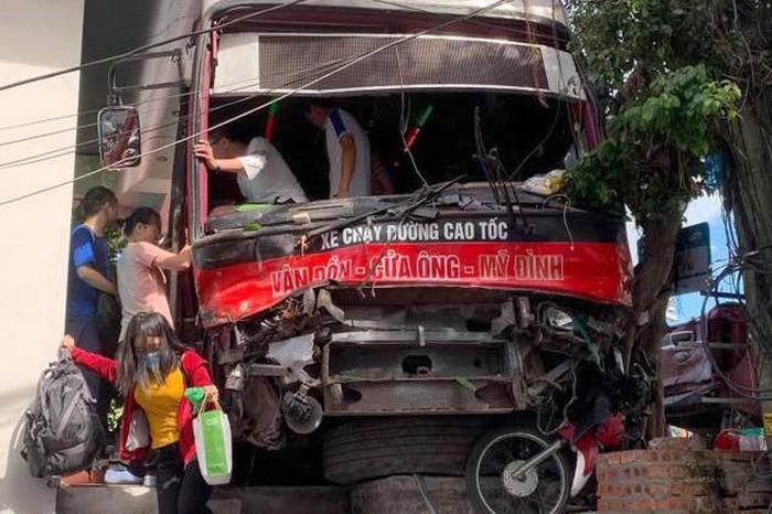 Hành khách nhanh chóng rời khỏi xe sau vụ tai nạn