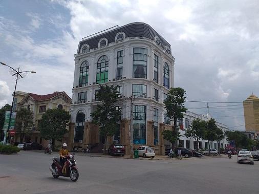Phần diện tích đất nhà hàng, văn phòng thương mại đang tồn tại trước mặt tiền tiếp giáp của đường Bắc Sơn và đường Minh Cầu của trường Nguyễn Du cũng là phần đất được giao và nêu rõ tại Quyết định số 2372/QĐ-UB ngày 02/10/2003 của UBND tỉnh Thái Nguyên.