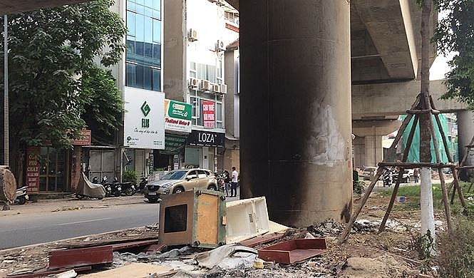 Vận động nhân dân không tập kết, đốt rác thải ở chân trụ cầu đường sắt Cát Linh - Hà Đông
