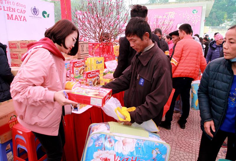 Phiên chợ Tết ấm tình người nghèo - Ảnh 3