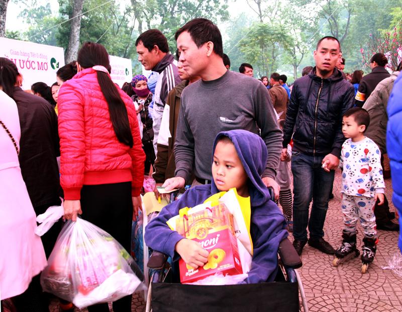 Phiên chợ Tết ấm tình người nghèo - Ảnh 4