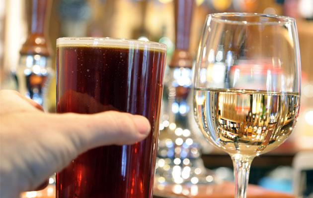 Làm sao để uống rượu lẫn với bia mà không bị say?